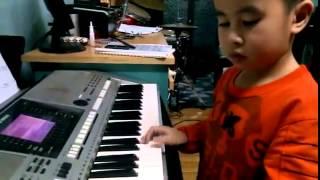Bé 5 tuổi chơi đàn organ bài 'Happy New Year'