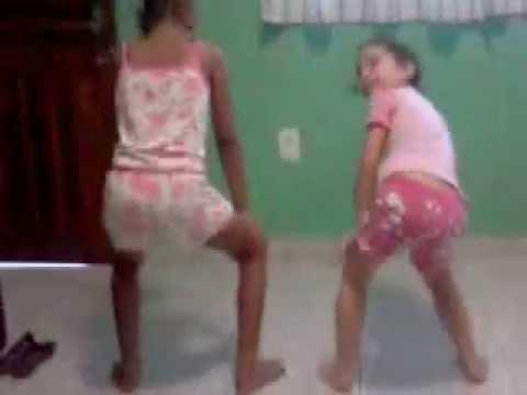 Kamilly e Thaiany dançando Bonde das maravilhas