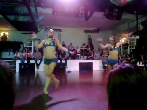 """Veronica e Alice, show """"Calypso"""" alla discoteca Casablanca, marzo 2013"""