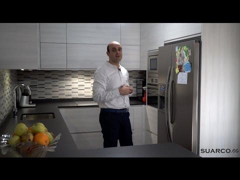 Video de cocinas modernas blancas en madera sin tirador y for Muebles de cocina suarco