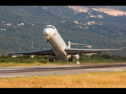 McDonnell Douglas MD-83 Pilot waving at me using reverse thrust - Unique! Tivat Airport