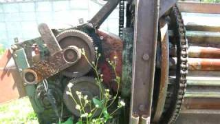 さとうきびを刈り取る機械