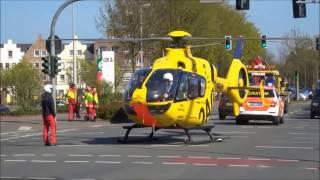 Riskanter Start eines ADAC Rettungshubschraubers zwischen Ampelmasten - Autounfall an Kreuzung