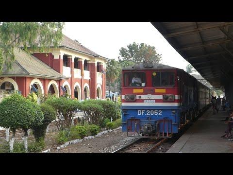 MYANMAR RAILWAYS SPECIAL EXPRESS TRAIN 61UP ミャンマー国鉄バガン特別急行チミダイン駅通過