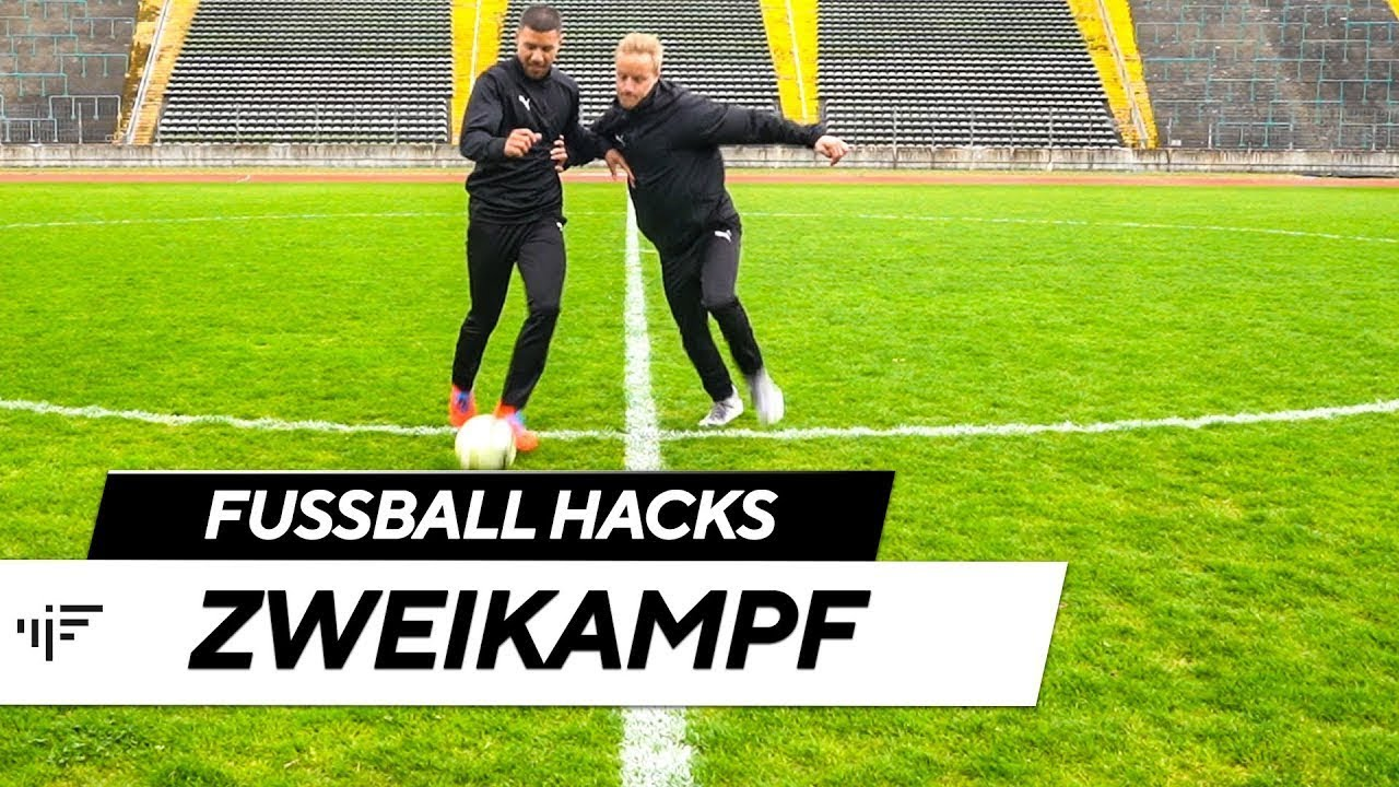Zweikampf So Behaltst Du Den Ball Fussball Hacks Im Football