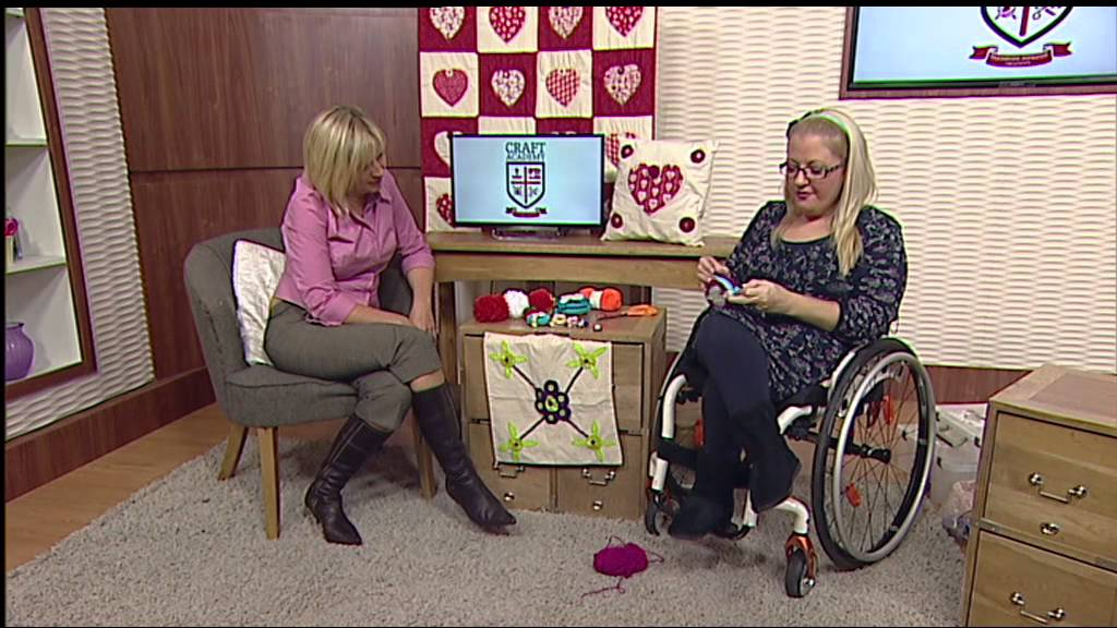 How to make pompom 39 s with leonie pujol and julie part 3 for Watch create and craft tv online