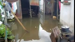 Casas inundadas a las orillas del lago de Amatitlán