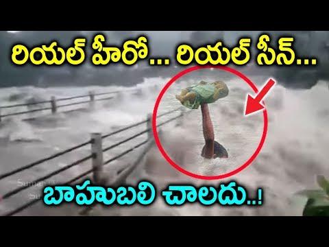 కేరళ వరదల నుండి పసి పాపని కాపాడిన రియల్ హీరో | Man saves child from Kerala Floods| kerala updates thumbnail