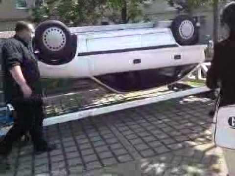 Janine kopfüber im Auto 1405 Schutzengel