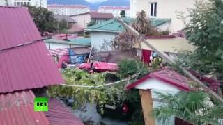 Видео с места падения вертолёта на жилой дом в Сочи(В Сочи вертолёт АС-50 рухнул на крышу жилого дома. По последним данным, погиб один человек и шестеро получили..., 2016-11-01T14:19:45.000Z)