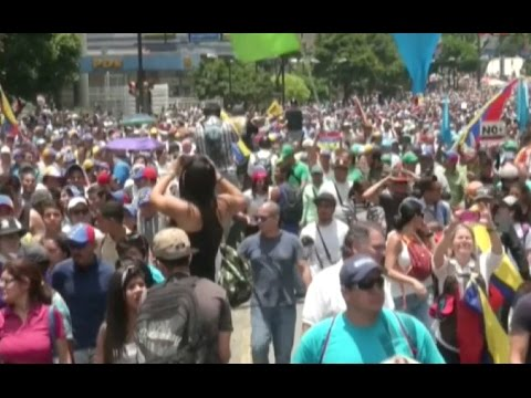 Protesters, Security Forces Face Off in Eastern Caracas
