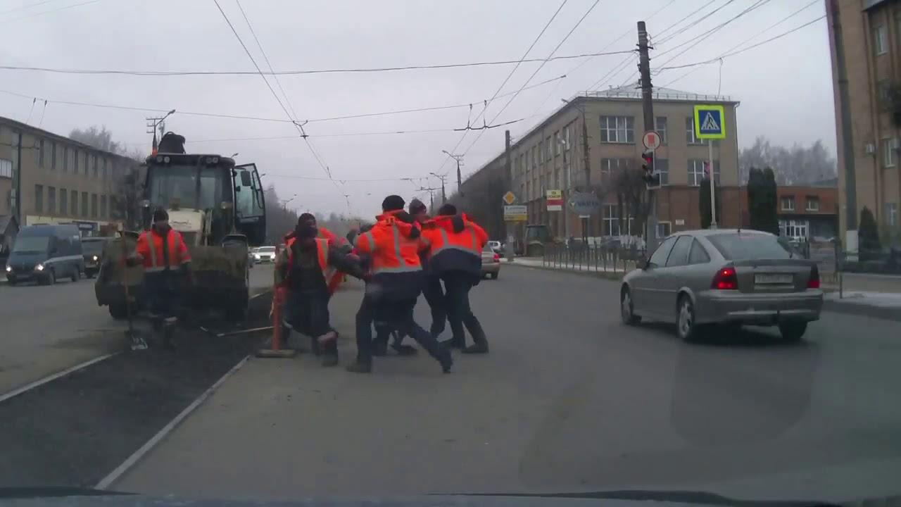 В Смоленске дорожные рабочие устроили массовую драку