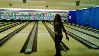 Моя жена играет в боулинг ! :)