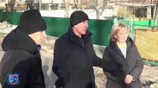 Глава Стаханова Сергей Жевлаков проверил ход выполнения работ по замене ограждения в ДОУ «Мальвина»