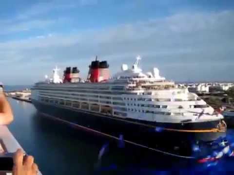 Лайнер Disney Cruise музыкально приветствует другой корабль
