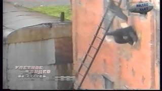 Девушка летит головой вниз с третьего этажа