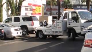 2- Grúa fuerza la puerta de un coche en Las Vegas