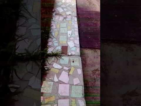 Дорожка на даче из битой плитки
