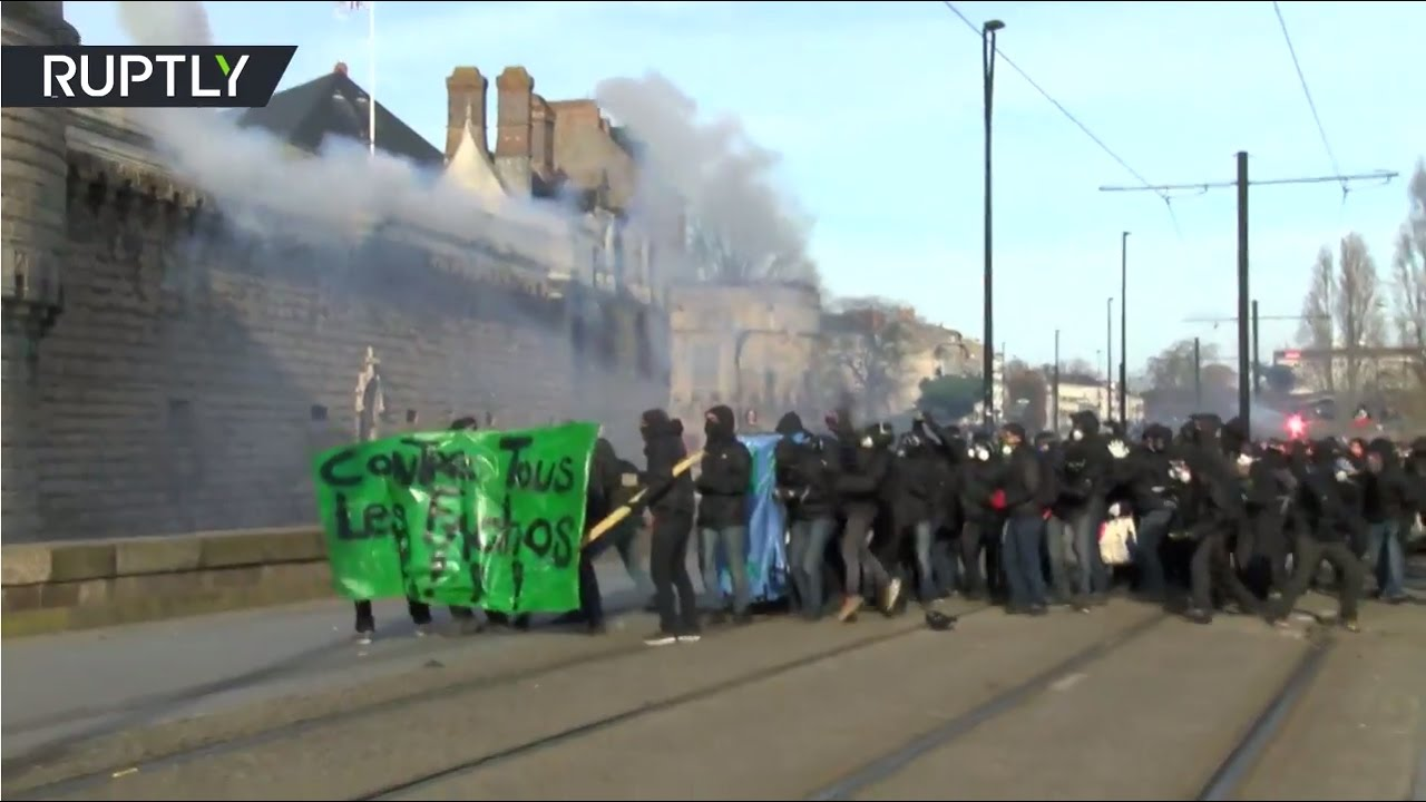 Teargas, smoke & fire: Anti-Le Pen protesters clash with police in Nantes, France