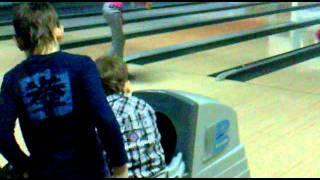 малыш играет в боулинг