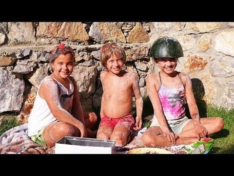 Çocuklar kafana dök yarışmasında. #Eğlencelivideo sürpriz yumurtalarla. Çocuk oyunları