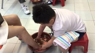 基愛小學14/15年度生命教育組活動-感恩之福-小三學生為父母洗腳