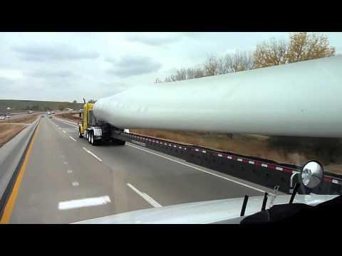 Carreta transportando hélice - Energia eólica