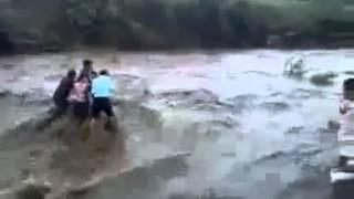 Video 5 Orang Terseret Air Terjun Saat Banjir   Kampungperawan blogspot com   YouTube