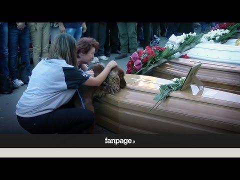 Un perro se despide de su dueño fallecido en el terremoto de Italia durante el funeral