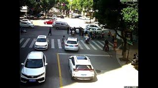 交通事故で下敷きの男性、通行人が車持ち上げ救出 浙江省寧波市