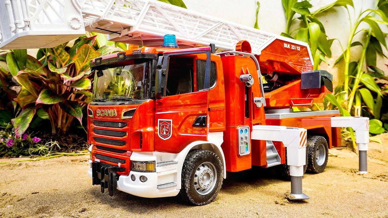 Membuka kotak truk pemadam kebakaran