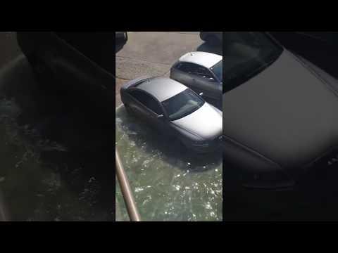 VÍDEO La marea inunda un Audi en Tazones