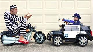 تلعب سينيا دور رجل شرطة ويلتقط لصاً دراجة نارية