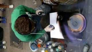 28.07.2013 г.  Москва, Арбат.  Парень рисует картину баллончиком.(Эту картину рисовал он для нас