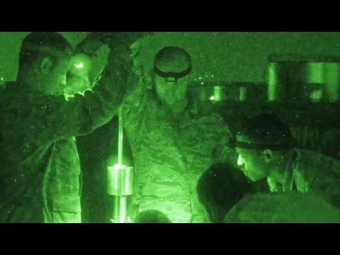 ネパール大地震で被害を受けた滑走路の地盤調査をするカナダ軍兵士 (簡易貫入試験)