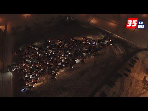 Огромную елку из 247 автомобилей зажгли в Череповце