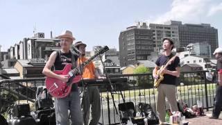 2011年5月5日に京阪三条の路上で行われたストリートライブ! マンボ松本...