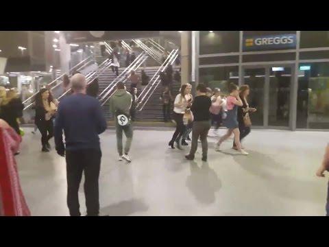 [Noticias dos famosos] Ariana Grande, desastre em Manchester!!