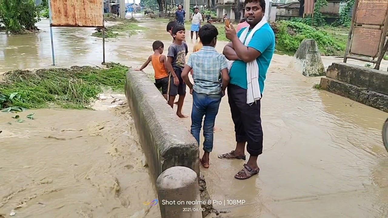 Indo-Nepal border    बाढ़ के पानी गांव मैं घुस गया है