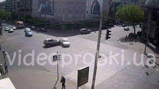 ДТП в Киеве: девушка проигнорировала сигнал светофора