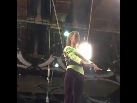 Видео: Виктория Боня выскоьлзнула из страховки на шоу Без страховки