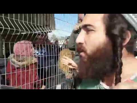 פעילי עצמה יהודית מפגינים עם גליוטינה מול כלא עופר