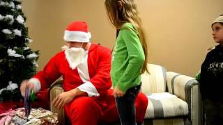 Дед мороз слушает стихи детей...