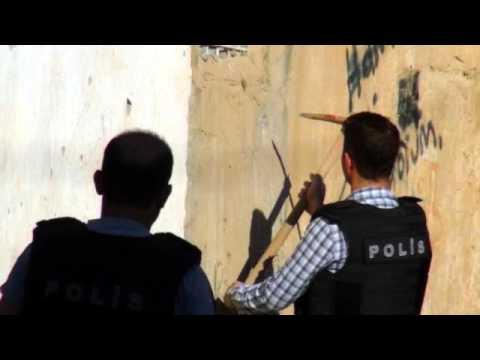 Polis Nusaybin'deki duvarlarda mermi çekirdeği aradı