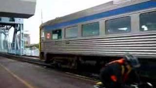 カナダの気動車列車「マラハット号」がビクトリア駅を発車するシーンです。
