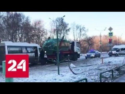 На юго-востоке Москвы маршрутка врезалась в грузовик - Россия 24