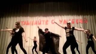 Весёлый танец,под песню потому что я Бэтмен.