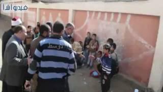 بالفيديو : محافظ المنيا يتابع مستوى الخدمات العامة بقرية الحوارته