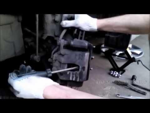 Как поменять передние тормозные колодки на солярисе видео