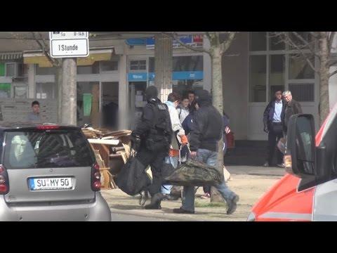 Frau wirft Hausstand aus Fenster - wird durch SEK überwältigt in Sankt Augustin am 13.04.15 + O-Ton
